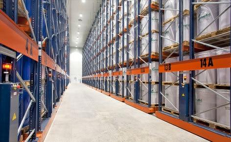 Cómo ubicar 11.000 paletas de dimensiones especiales en 4.400 m² con las estanterías móviles de Mecalux