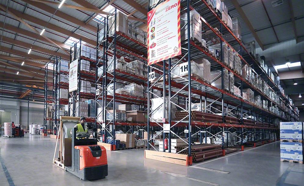 Saint-Gobain utiliza el espacio disponible de sus almacenes de forma inteligente, aprovechando cada metro cuadrado con operativas eficientes que contribuyen al buen rendimiento de la instalación