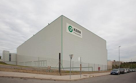 El laboratorio farmacéutico Kern Pharma construye un almacén autoportante automático que combina transelevadores para paletas y para cajas