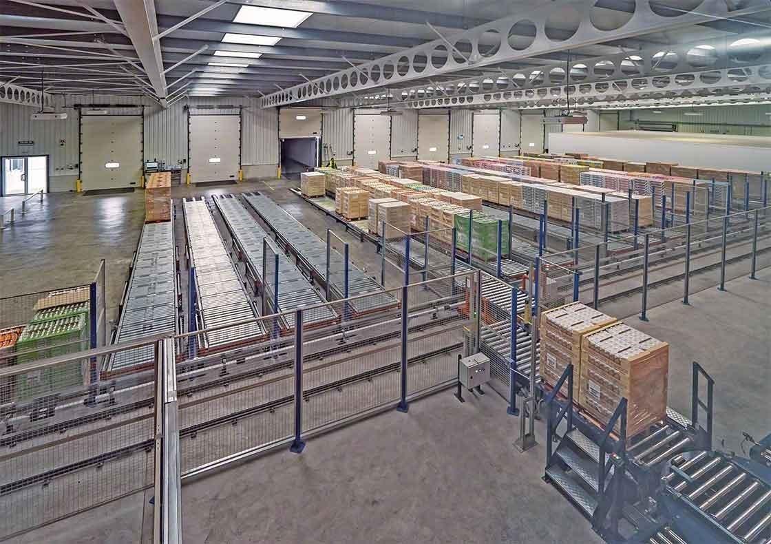 El almacén de Dafsa en España ha instalado un circuito de transportadores que asisten en la recepción de mercaderías
