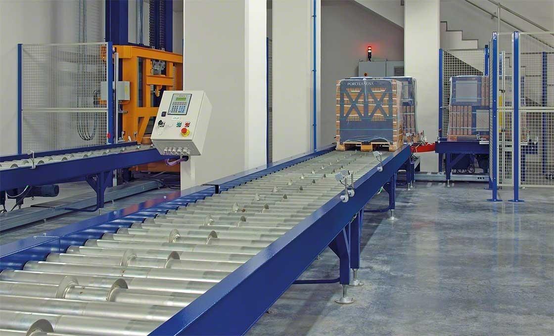 Las fotocélulas instaladas en el circuito de transportadores de rodillos permiten localizar las mercaderías