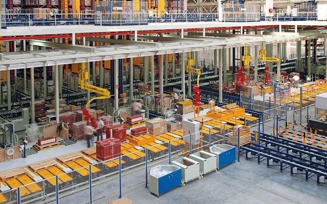 Zona de picking manual del almacén del Porcelanosa Grupo, donde prima la seguridad y la ergonomía de los trabajadores.