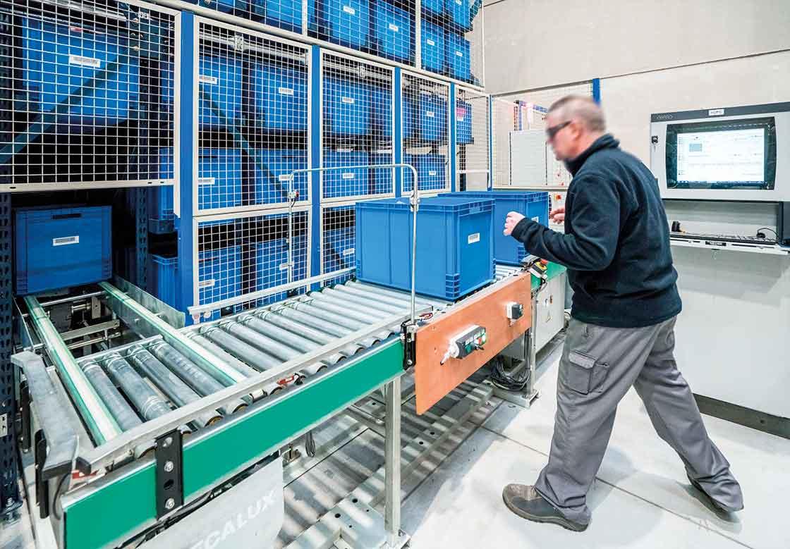 Los almacenes automáticos para cajas tienen la zona de picking ubicada en la cabecera del miniload
