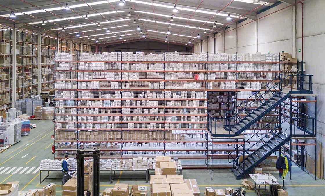 Las pasarelas ayudan a maximizar el espacio en almacenes de operadores logísticos especializados en e-commerce