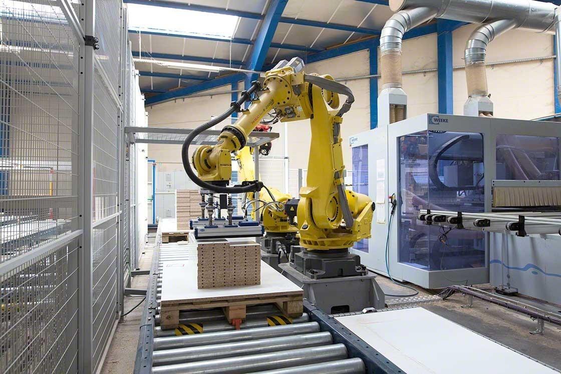 Un robot antropomórfico integrado en el sistema de transportadores de la empresa Euréquip